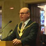 Auf dem Bild ist der Bürgermeister Markus Lewe zu sehen. Er steht an einem Sprechpult im Rathaus.